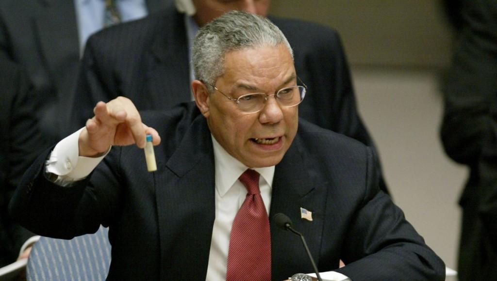 """Colin Powell con la """"prova"""" delle armi chimiche detenute da Saddam. Rivelatasi poi completamente falsa"""