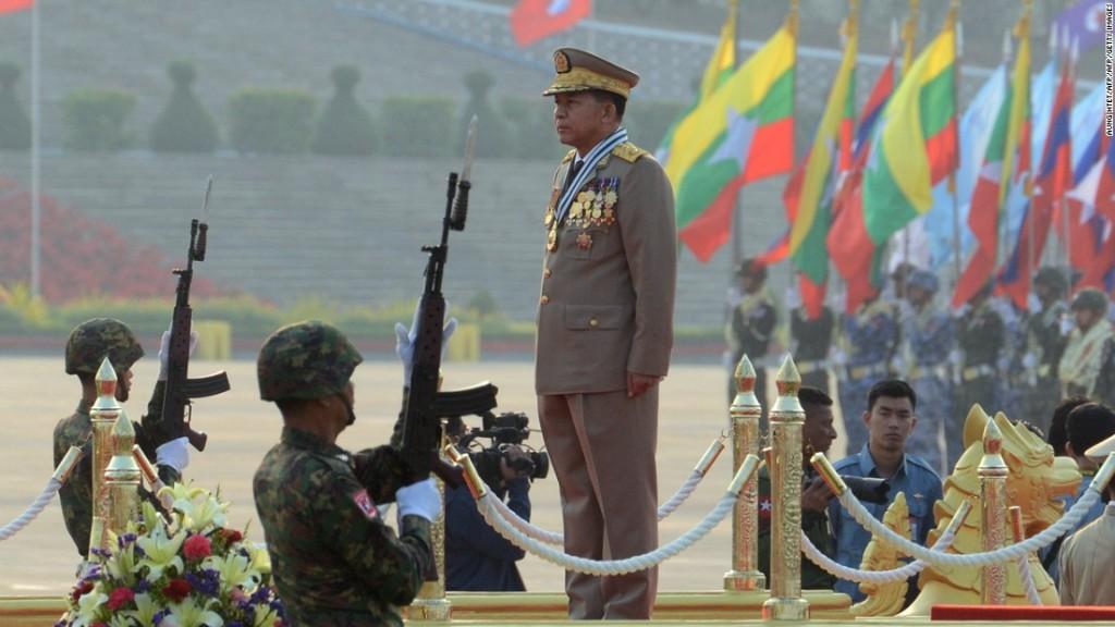Generale del Tatmadaw durnate una parata