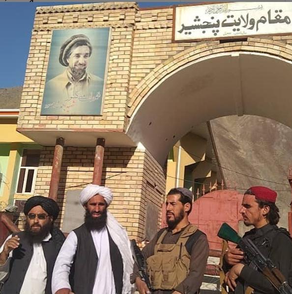 Combattenti talebani appena dopo aver conquistato il centro della valle del Panjshir
