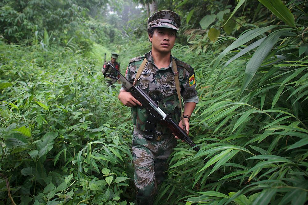 Ribelle del KIA nella giungla birmana